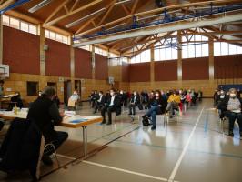 Die Delegierten in der Sporthalle Mainstockheim - coronagerecht mit Abstand