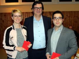Ralf Hofmann überreicht den Neumitgliedern Katrin Mai und Berkant Akgün ihr Parteibuch