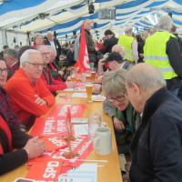 Mit zwei Bussen aus Schweinfurt und Kitzingen fuhr die SPD nach Vilshofen - im Hintergrund Heiner Kiesel, Deutsche Welle