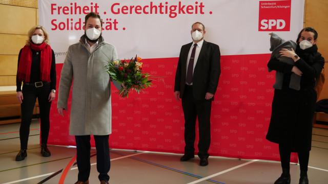 Gratulation mit Abstand - v.li. Marietta Eder, Markus Hümpfer, Jochen Kraft, Eva-Maria Weimann